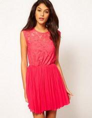 Розовое платье с кружевом короткое